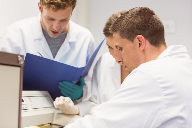 Studenti di scienze che utilizzano l'incubatore in laboratorio