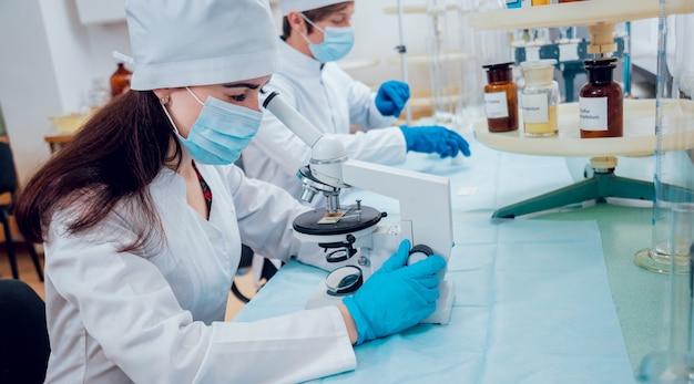 Tecnico scientifico al lavoro in laboratorio.
