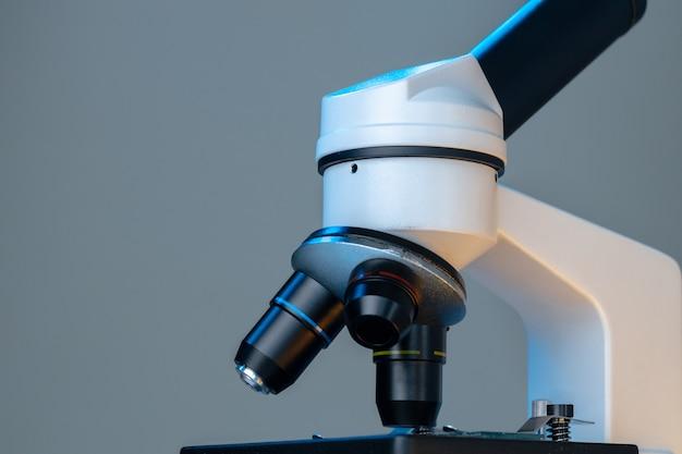 Le lenti scientifiche del microscopio si chiudono su. attrezzatura da laboratorio