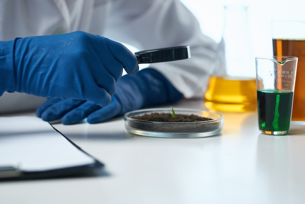 Scienziato soluzioni chimiche biologo ricerca studio sfondo isolato