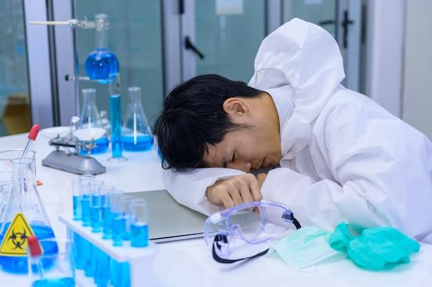 Scienziato fallisce e non ha successo nel test del vaccino. il team di medici asiatici sta ricercando e lavorando sulla cura del coronavirus in laboratorio.
