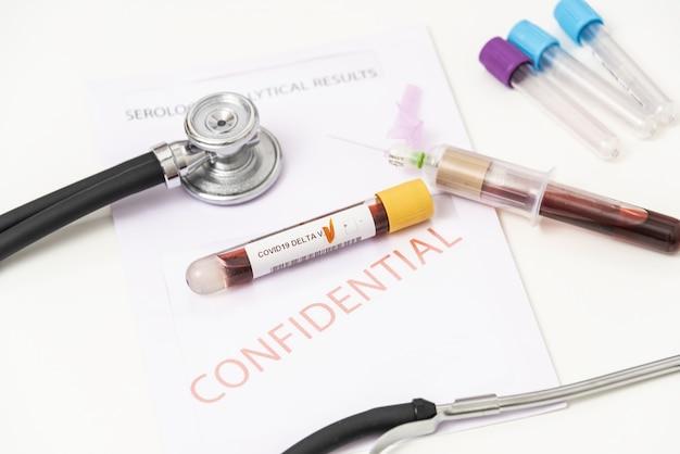 Lo scienziato tiene la provetta del campione di sangue per la variante lambda del test sars-cov-2. delta, beta, alfa, gamma, varianti di preoccupazione. india, brasile, regno unito, virus del sud africa con provetta e sfondo di siringhe.