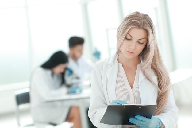 Lo scienziato prende appunti negli appunti nel laboratorio clinico. foto con copia spazio