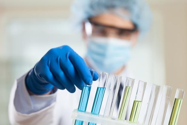 Scienziato che lavora al laboratorio