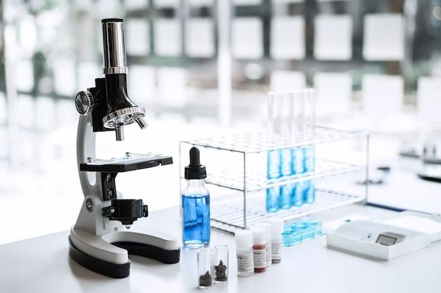 Scienziato ricerca strumenti di attrezzatura di laboratorio in laboratorio, ricerca di laboratorio di biochimica