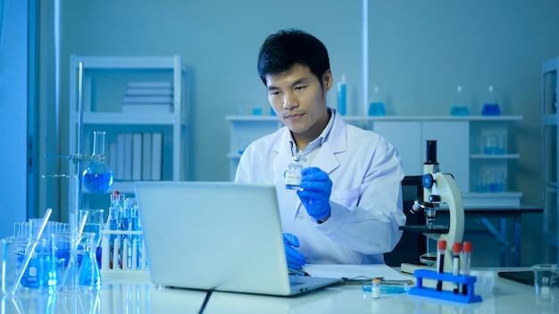 Scienziato che utilizza la videoconferenza con i colleghi che si consultano sui test per il coronavirus