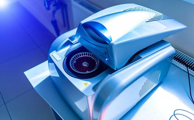 Scienziato con la copiatura del dna. ciclatore per pcr in tempo reale. macchina termociclatrice per pcr. attrezzatura da laboratorio.