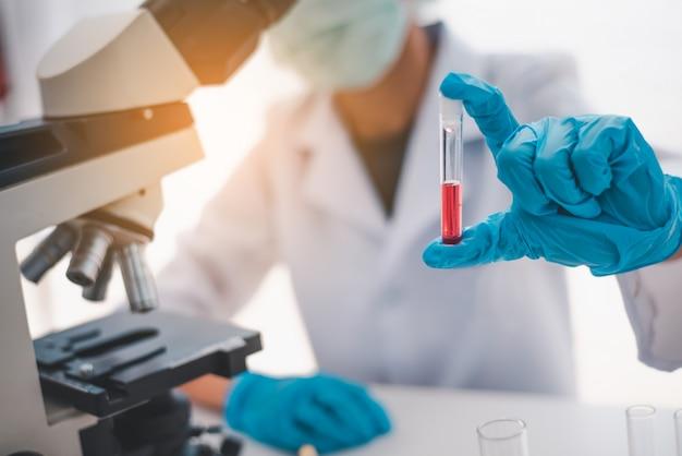 Gli scienziati stanno studiando i vaccini contro i virus nel laboratorio di educazione scientifica in laboratorio.