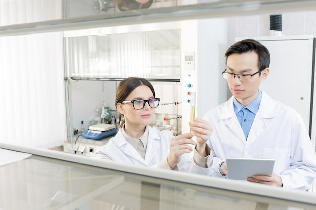 Scienziati che sviluppano nuovi farmaci