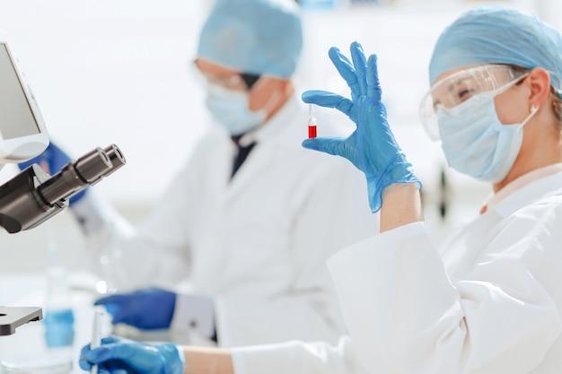 Scienziati che ricercano nuovi farmaci