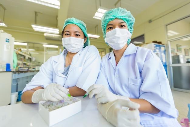 Gli scienziati sorridono in un laboratorio