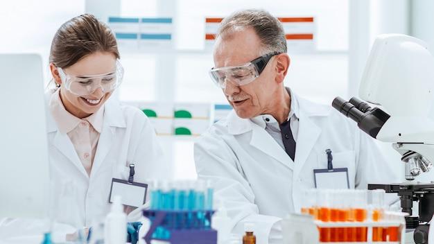Gli scienziati lavorano in laboratorio per la scienza e la salute della ricerca sul sangue