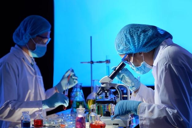 Scienziati che lavorano al vaccino covid-19