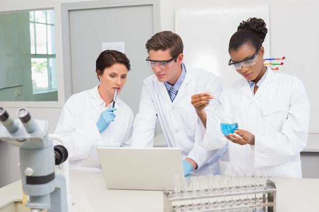 Scienziati che lavorano insieme su prove precipitose