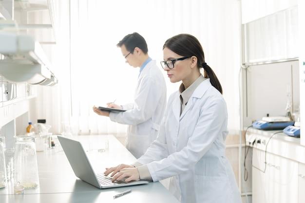 Scienziati che lavorano con i documenti
