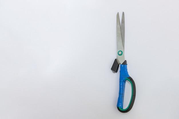 Le forbici sono rotte e riparate con nastro adesivo. forbici senza gamba