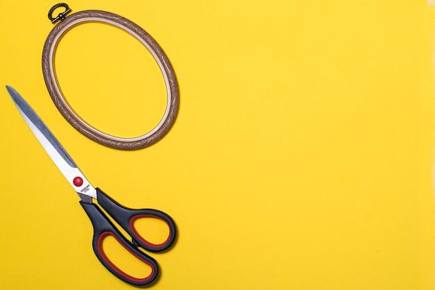 Forbici per tagliare e cucire su uno sfondo colorato
