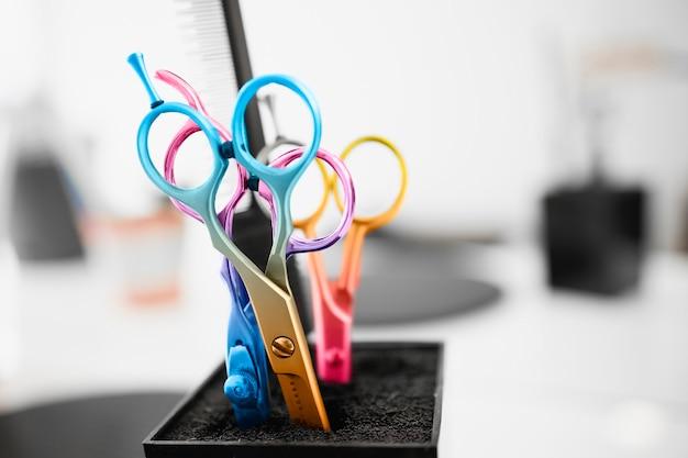 Forbici in un moderno parrucchiere creativo