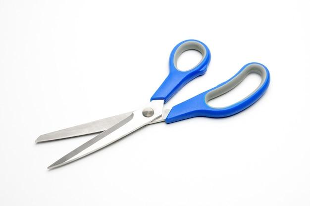 Forbici con manico blu per sarti su fondo bianco isolato