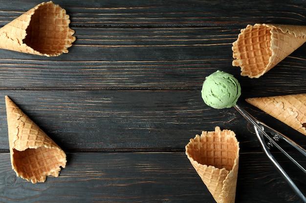 Paletta con gelato e coni su legno