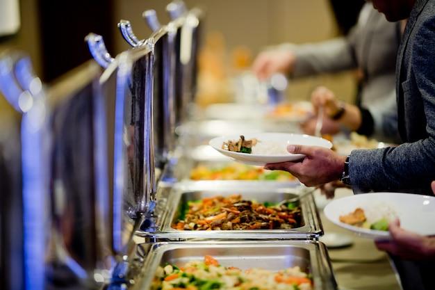 Scavare il cibo, cibo a buffet al ristorante, catering