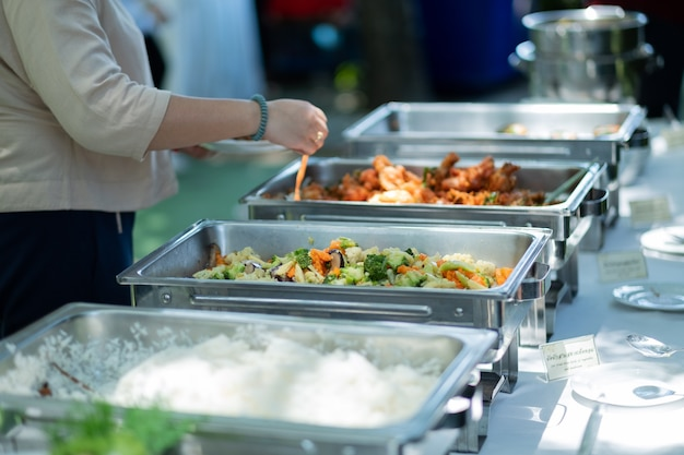 Raccogliere il cibo, catering Foto Premium