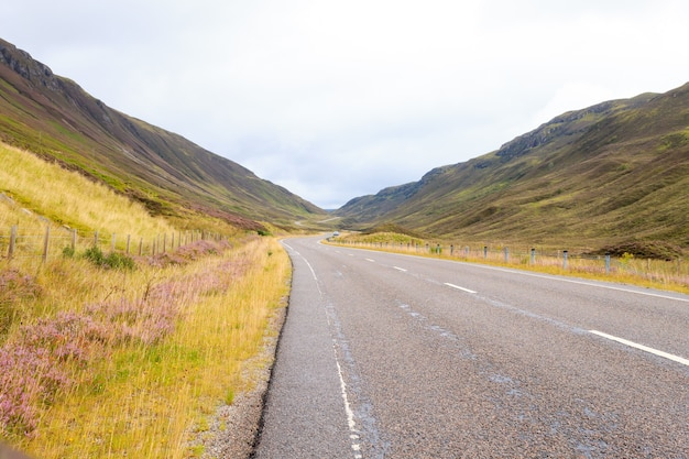 Campagna scozzese della depressione della strada. prospettiva stradale. panorama della scozia
