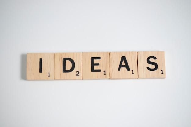 Lettere di scrabble che ortografano le idee, concetto di affari