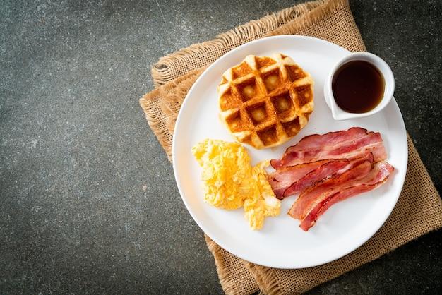 Uova strapazzate con bacon e waffle a colazione