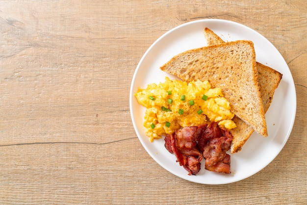 Uova strapazzate con pane tostato e pancetta per colazione