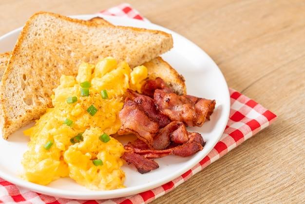 Uova strapazzate con pane tostato e pancetta