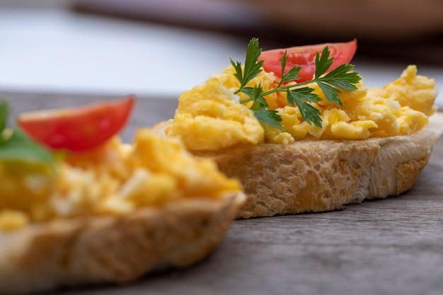 Uova strapazzate, deliziosa colazione con erbe e pomodori