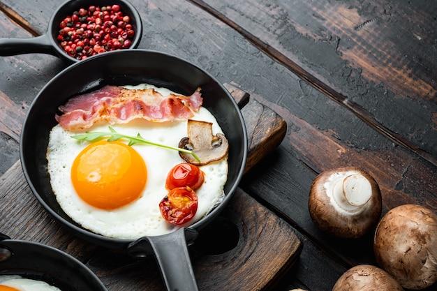 Uova strapazzate in padella con lardo di maiale, pane e piume verdi in padella in ghisa