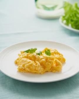 Colazione di frittata di uova strapazzate con consistenza di uova fritte di frittata