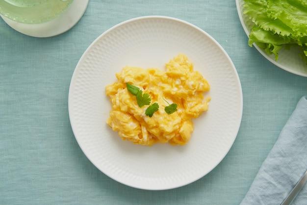 Colazione di frittata di uova strapazzate con texture di uova fritte
