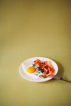 Uova strapazzate con bacon ed erbe aromatiche a colazione