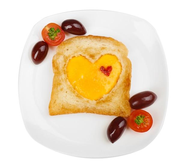 Uova strapazzate con pane sul piatto, sul tovagliolo colorato