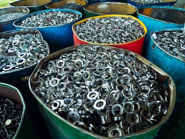 Rottami di alluminio e acciaio pressati insieme per fusione e riciclaggio.