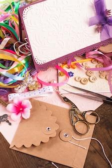 Materiali artigianali per scrapbooking per decorare cartoline e regali