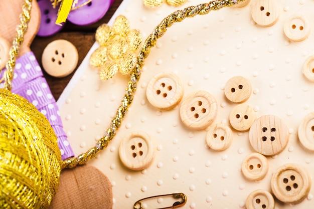 Materiali artigianali per scrapbooking per decorare cartoline - bottoni in legno