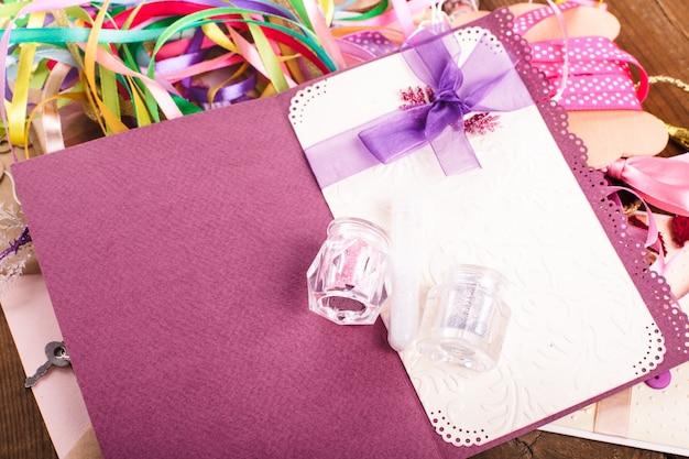 Materiali per scrapbooking per decorare le cartoline