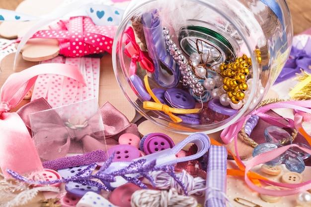 Materiali artigianali per scrapbooking in una bottiglia di vetro