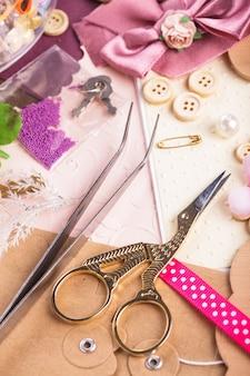 Materiali per scrapbooking, carta straccia, strumenti e decorazioni