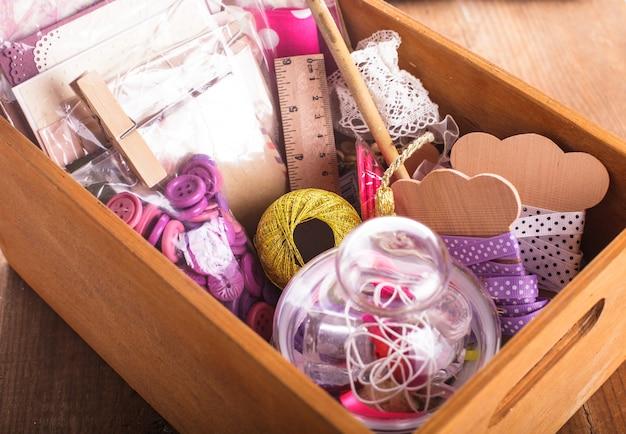 Materiali per scrapbooking in una scatola di legno