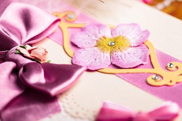 Cartolina di invito a nozze scrapbooking, dettagli ravvicinati
