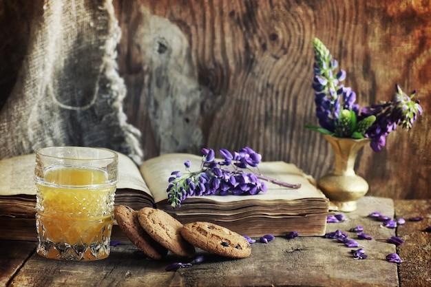 Effetto graffi su foto libro retrò sulla colazione in legno bevanda