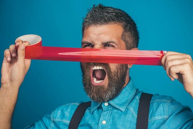 Uomo barbuto urlante ha incollato il nastro isolante al naso uomo casual in camicia di jeans con nastro adesivo