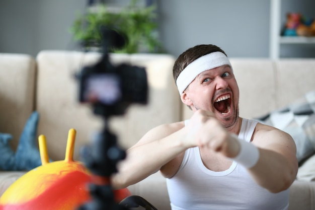 Scream vlogger che registra video di inscatolamento sulla macchina fotografica