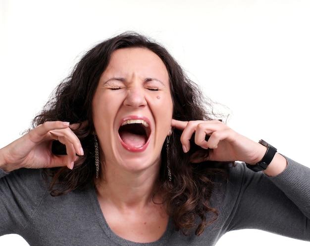 Donna di grido su sfondo bianco