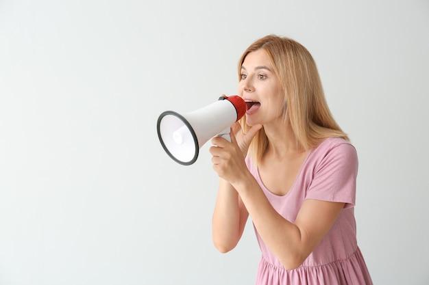 Donna urlante con megafono